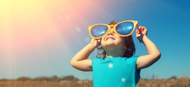 niño con lentes gigantes bajo el sol
