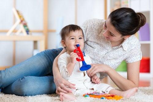 Madre e hijo jugando juntos con una trompeta