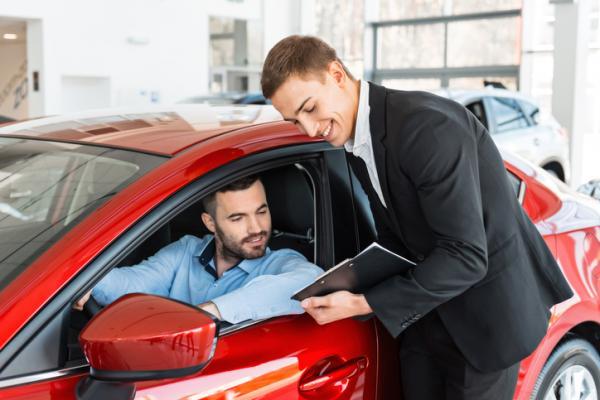 Hombre busca precios de coches