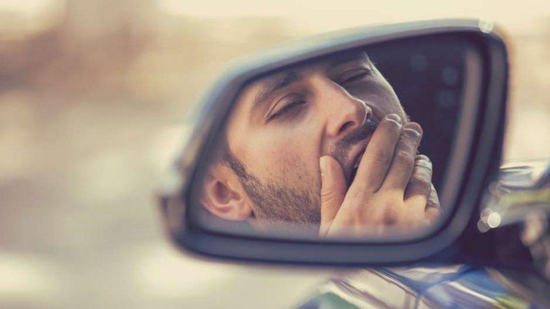 Hombre manejando con sueño