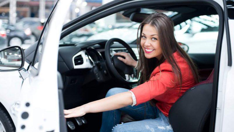 Mujer en coche blanco