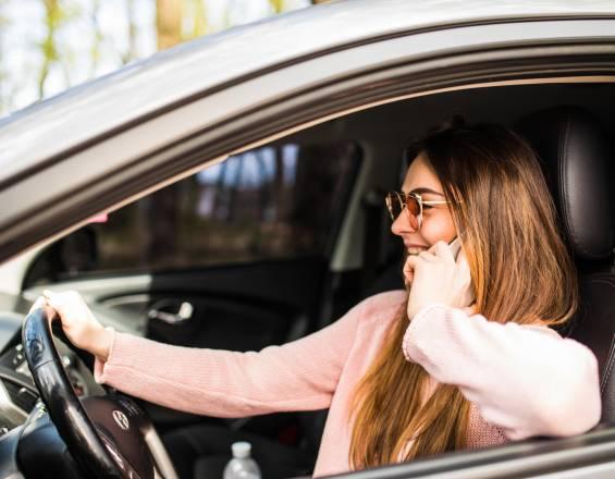 Mujer manejando un automóvil automático