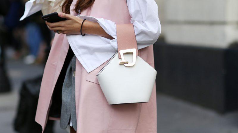 Bolso blanco y rosa combinado con un abrigo rosa