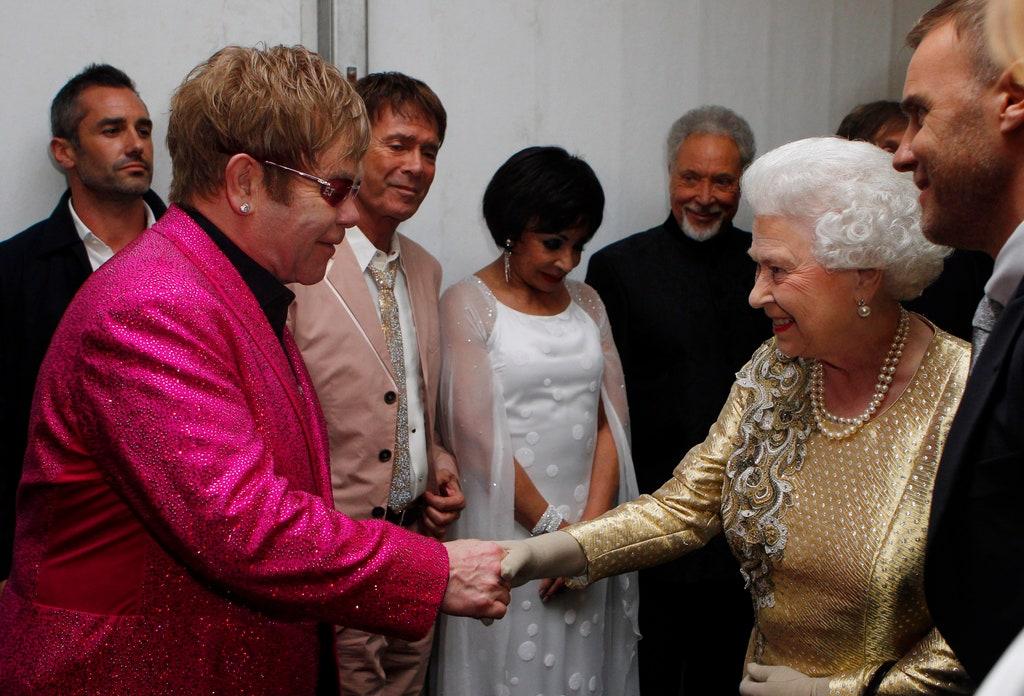 Lo que las celebridades usaron para conocer a la reina Isabel II