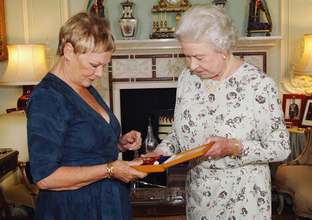 Judi Bench y la reina Elizabeth