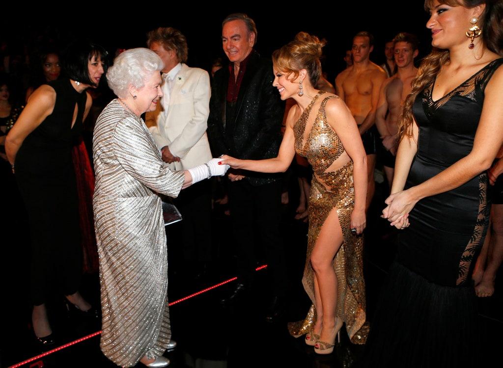 Kylie Minogue y la reina Elizabeth