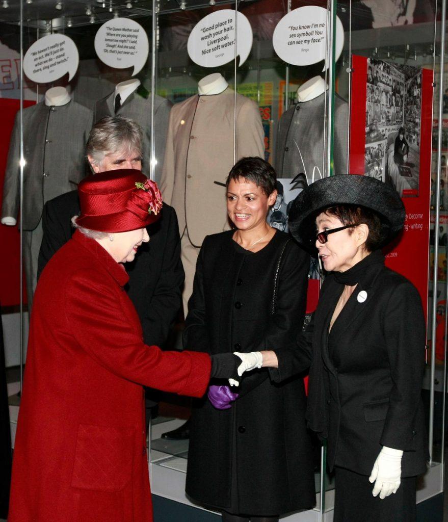 Yoko Ono y la reina Elizabteh