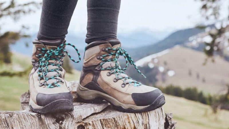 botas para mujer en la montaña