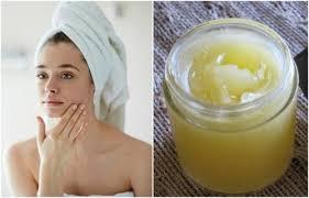 Mujer hidratándose la piel