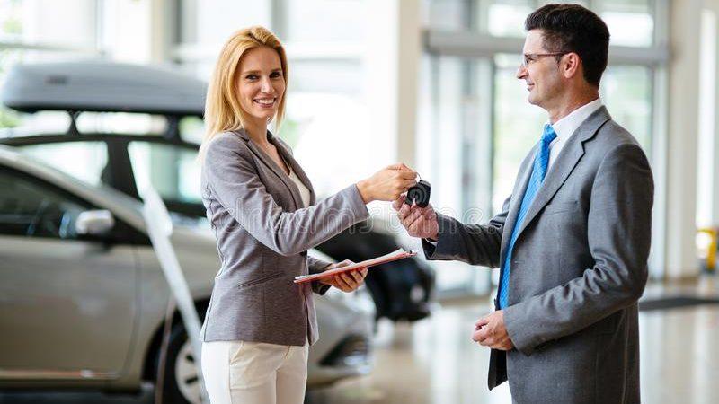 Mujer comprando auto