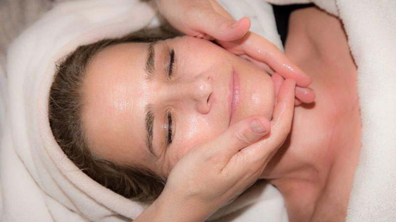 mujer en tratamiento facial