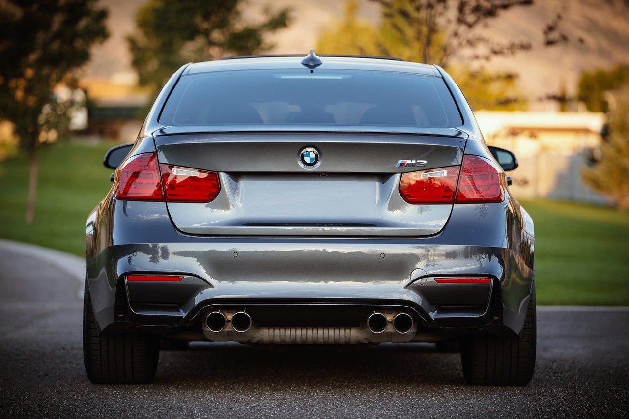 BMW auto estacionado