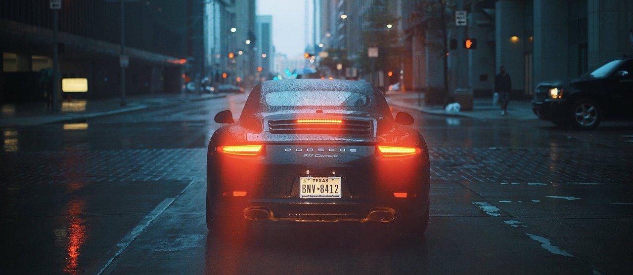 auto con las luces prendidas