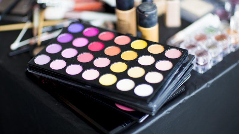paleta de sombras de varios colores