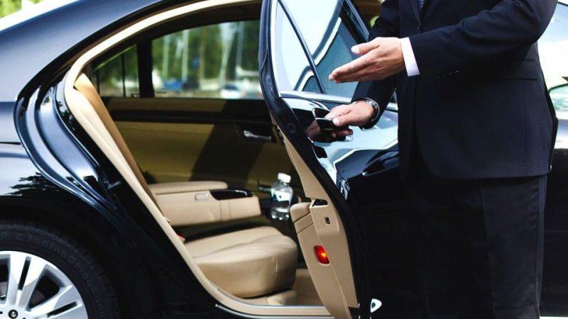 chofer abriendo puerta del auto