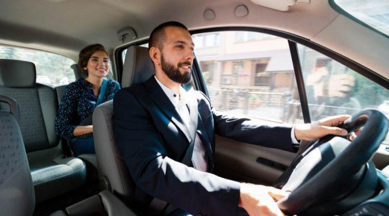 conductor de uber conduciendo