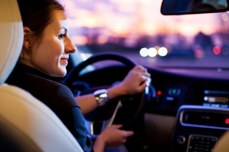 mujer manejando en la ciudad