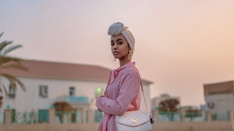 Mujer con bolsos de mano