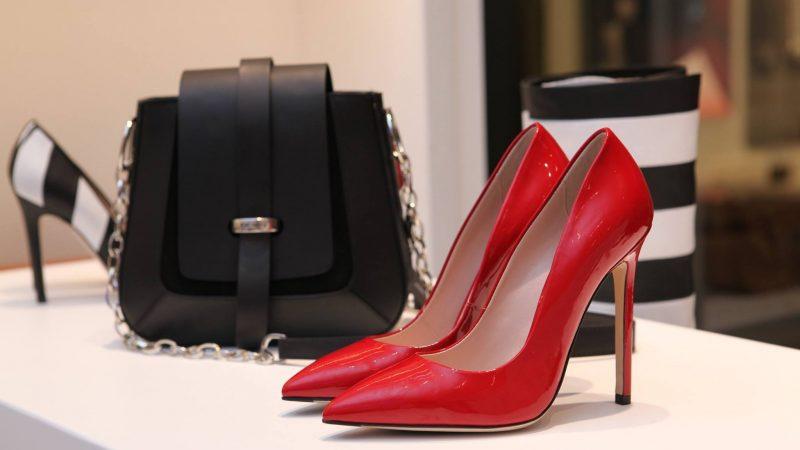 Combinar zapatos y bolsos