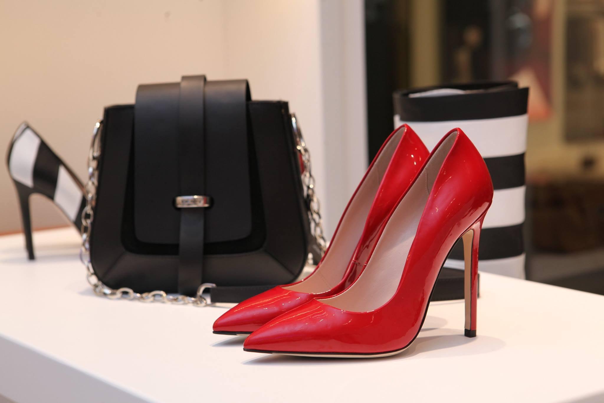 Cómo combinar zapatos y bolsos: 10 tips