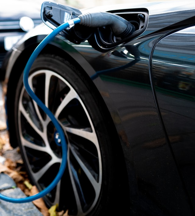 Auto eléctrico cargando