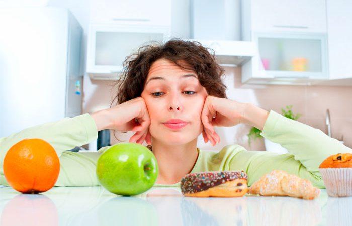 Mujer viendo comida