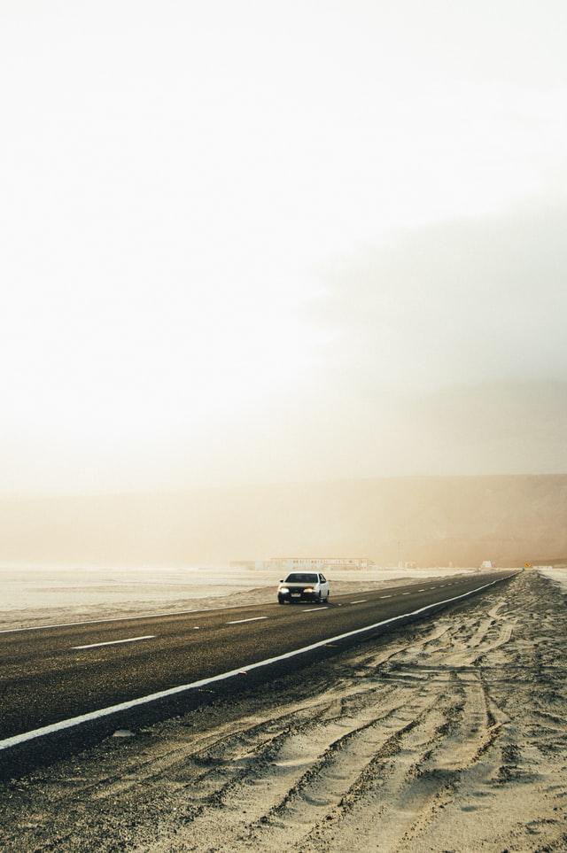 Auto descompuesto en carretera
