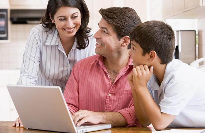 Familia cotizando seguro de auto digital