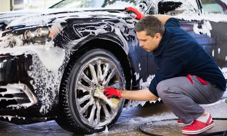 Hombre lavando auto