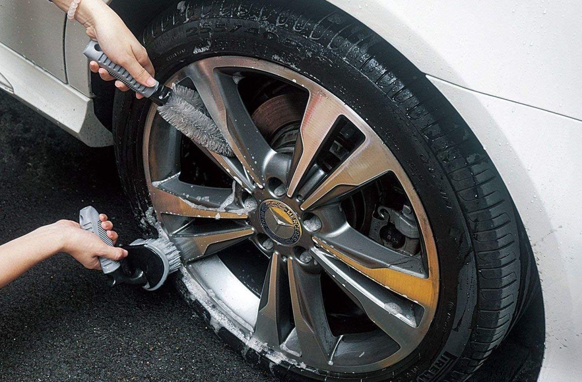Cómo limpiar los llantas de un coche
